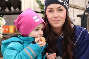 Elias Lindskog, 3 år, från Bollnäs, var på plats med sin mamma Emelie Nilsson, från bandyklubben Team Hälsingland.
