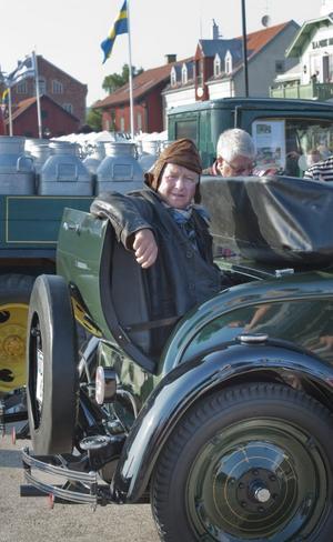 Roland Bengtsson testar svärmorsluckan på hans Chevrolet Cabriolet Sport från 1928. Bilen har tre växlar, gör 35 kilometer i timmen och tog fem år för Roland att renovera.