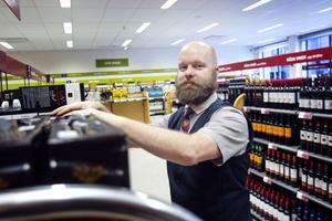 Martin Wennström vid Systembolaget i Hudiksvall gillar en stunds lugn efter helgerna.