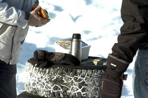 Fika. Flera av åskådarna passade på att dricka kaffe och äta smörgås i kylan. BILD: MICHAEL LANDBERG