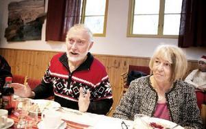 Tommy Svensson och Ella Nilsson berömde värdparet och lät sig väl smaka av julbordet. Foto: Dennis Pettersson/DT