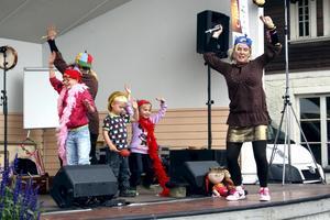Barnsalong. Systrarna K underhöll barnen på barnens egen salong på hamnscenen. Systrarna fick hjälp av Caroline, Anton och Simone att bilda en egen Team Lotta-kör. Under dagen delades det även ut chokladmustascher till dem som vågade.