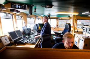 Minutiöst skannas område efter område in och bearbetas i kraftfulla dataprogram. Styrman Jante Nordberg håller stadigt åtta knop och överstyrman Sebastian Wigmo samlar in fakta om havsbotten.