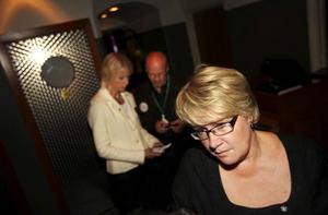 Marianne Larm-Svensson (C) är ledsen och besviken över att partiet gjort ett så dåligt val i både kommuner och landsting. Men bakom henne syns Moderaternas Saila Quicklund som tillhör vinnarna.