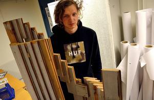 Christian Edgren bidrar till utställningen med en meterhög skulptur.