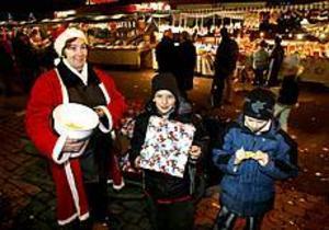 Tomtemor Ingela Rönnqvist sålde lotter på löpande band och Jimmy Hofoed hade turen att vinna en julklapp, medan kompisen Jonas Kronhöffer inte hade samma tur. Foto: LARS WIGERT
