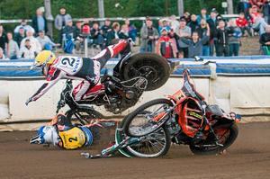 Otäck krasch i första heatet. Gästernas Henrik Karlsson flyger i luften. Masarnas Jacob Thorssell ligger under. Men värst skadad blev Thomas H Jonasson. Både Thomas och Jacob tvingades bryta.