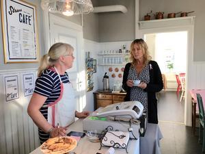 Maria Wassberg, som driver Strand café, och Pamela Andersson är gammal bekanta.