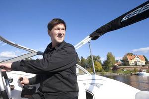 Stig Engström gillar att på sin lediga tid ta en tur med sin snabba motorbåt på Ströms Vattudal.