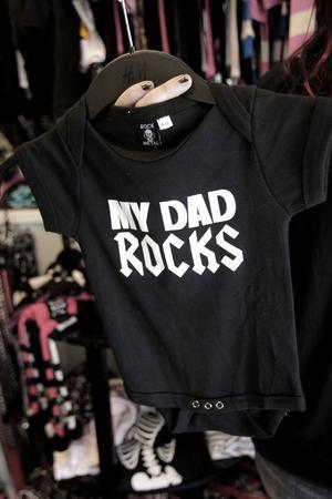 """Inför Getaway-festivalen har många köpt rockiga barnkläder till småttingarna. """"Det har inte har varit så vanligt förr men har blivit populärt nu"""" berättar Karin Nyman."""