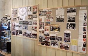 Körens 100-åriga historia kunde besökare läsa om på en vägg i kyrklokalen.