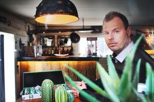 Fredrik Värnebjörk i Mehedeby har gjort om sitt uthus till en westernsaloon. Bostadspuls.