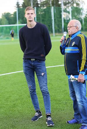 Två meter Tim Rönning fick pris av Dan Jonsson hemma på Knöttas.