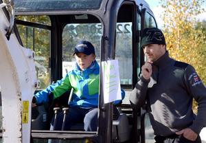 Melker Pålebo från Säter provar minigrävaren och får några tips av Jonny Andersson på Dala Mark & Transport.