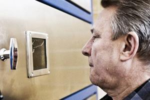 Sören Olsson övervakar kremeringen genom en inspektionslucka.