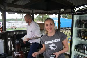 Michelle Nordin serverade öl i baren närmast serveringsområdet och hade inte en lugn stund på hela kvällen.