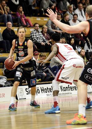 Jakob Sigurdarson och Borås Basket visade ingen pardon mot Sundsvall Dragons hemma i Boråshallen. 101–72 slutade matchen som aldrig blev någon riktig match.