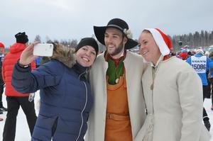 Kransmasen Linus Rapp och Kranskullan Lydia Sundin fanns på plats i starten. Ida Staffas passade på att ta en selfie tillsammans med dem.