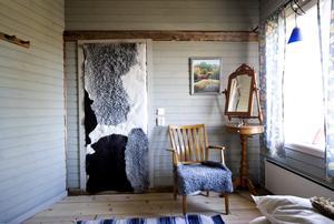I det andra sovrummet, tänkt för uthyrning till Bed & breakfast-gäster, har stina isolerat dörren med skinn från gårdens egna får.