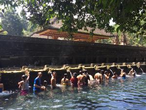 Ritualen vid de heliga källorna i Tirta Empul kallas melukat och sägs rena kroppen och själen.