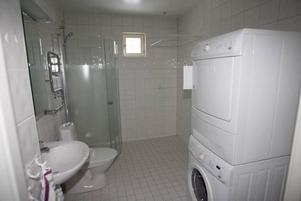 Det är ordentligt med svängrum i badrummet.