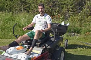 Gottnes lagkapten Jens Lindahl fick i uppdrag att gödsla planen efter matchen mot Röbäck.
