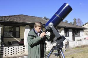 Per Andersson i Avesta Astronomisällskap visar hur man använder teleskopet.