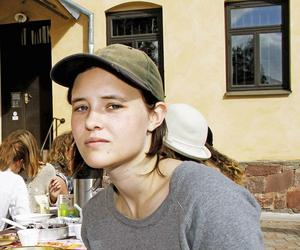 Madeleine Hansen, Gävle, har varit konstnär i huset hos Galleri Lars Palm och öppnar sin tillfälliga ateljé för besökare på lördag.   Foto: Joanna Wågström