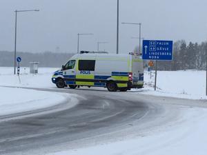 Polisen har spärrat av riksväg 50 vid Frövikorset, ett par kilometer söder om olycksplatsen.