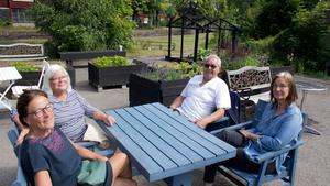 Elizabeth Björsén och Elizabeth Kiessling från Kvicksund stiftade ny bekantskap med Birgitta och Åke Nilsson från Virsbo.