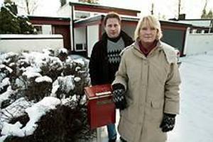 Sextiotalshuset på Skogsfruvägen har en intressant planlösning, och en alldeles lagom stor trädgård,        tycker Elisabet Hammarstrand och Lars Bergström. De fastnade för huset efter att ha letat i ett år. Om två veckor flyttar de från Gävle till huset i Sandviken (som  är ritat av Sven Ramquist och byggt 1968). Foto: Lars Wigert