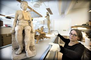 Konstpedagog Maria Sundström packar upp.