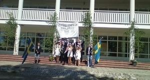 Voxnadalens gymnasium. Elever sjunger studentsången.