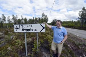 Flygentusiasten Jonas Persson vid den än så länge anspråkslösa skylten in till Sälens flygfält.
