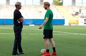 Johan Mjälby diskuterar med mittbacken Calle Svensson.