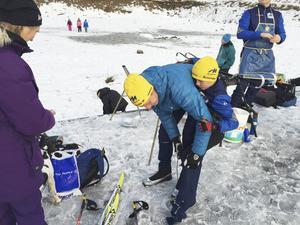 En ex-allsvensk fotbollsspelare hjälper sonen Dennis byta om efter loppet i H10.