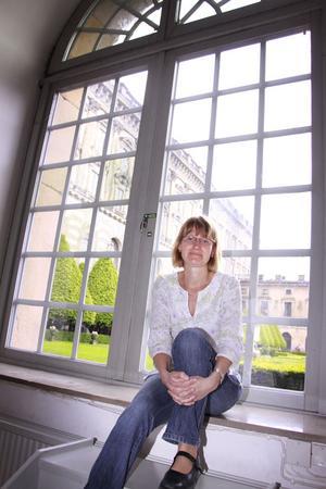 Pampig miljö. Utanför fönstren på jobbet har Anna Allalouf nylagda gräsmattor på Logården framför kungliga slottet. Sedan 1978 har det statliga museet Livrustkammaren hyrt in sig i slottet. Anna har jobbat på museet i tre år och stortrivs. FOTO: HELENA BERGENHAMN