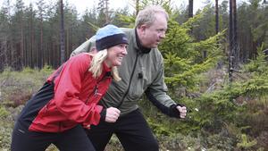 Klara, färdiga, gå. Carina Sándor (FP) och SVT-komikern Anders Jansson på joggingtur i Röda Jorden utanför Riddarhyttan.