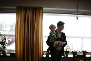 1. Pappan.  Hemma i Östra hamnen tillsammans med sonen Joel  2 år. 2006
