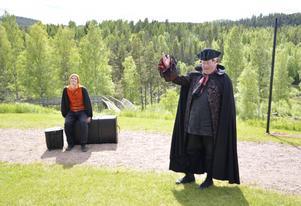 Här syns Lars T Johansson i kostym. På söndag dock som sig själv. Fotograf: Tord Lundgren