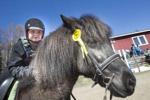 Michell Idén Lundkvist fick tredje pris i tölt med hästen Glirna.