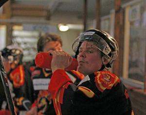 Anton Grenholm fyller på depåerna och begrundar sitt och lagets öde efter 1-5 i inledningen. Anton gjorde själv ett mål och laget totalt fem i en ändå snygg upphämtning.