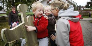 Giraffen i trä, som man kan rida flera stycken på, kom till i torsdags kväll. Här riden Anton Fundin, 4 år och Oskar Persson, 2. Fröken heter Katarina Hovi.