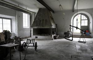 BUNGES KAPELL i Åmots bruk – byggd i nyklassicistisk stil av reveterat timmer – uppfördes 1797 av brukets ägare, greven Mårten Bunge. Då brukets nya kyrka stod färdig 1917 inreddes kapellet till skola, men används numera endast sommartid – som levande museum med utställningar och försäljning av bland annat bygdens hemslöjd. Servering finns både inne och ute. Här förrättas också barndop och håller lokalbefolkningen fest. I år är det takets tur att renoveras.
