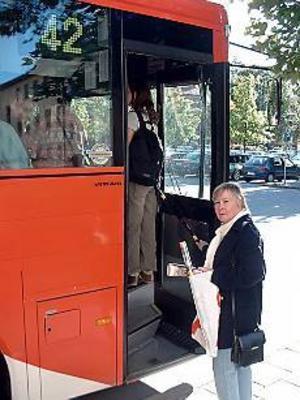 Foto: JOHAN PIHLBLAD Trångt. Det varit kaos på 41:an från Hofors och 46:an från Gästrike-Hammarby, berättar Solweig Lööv. När hon åkt till jobbet i Sandviken på morgnarna har bussarna varit fullpackade. Men på 42:an hem i går var det betydligt lugnare.