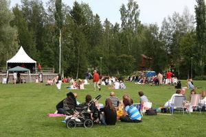 Ett vitt tält hade rests på stora scenen och publiken satt på den stora gräsmattan i Öjeparken.
