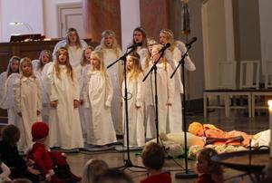Det årliga julspelet är speciellt uppskattat bland barn.
