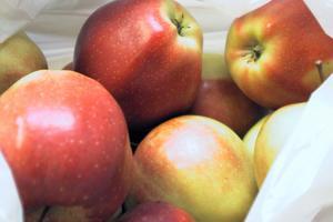 Äpplena är från Sverige. Köp svenska matvaror, helst lokalt och ekologiskt producerade. Det är egentligen bara citroner, som behöver importeras, är Pärs råd.