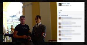 SD-politikern Radislav Majstorovic poserar med en Hitler-docka.