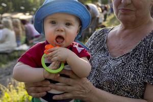 Snart åtta månader gamla Tage satt i mormor Gunn-Britt Svenssons knä.